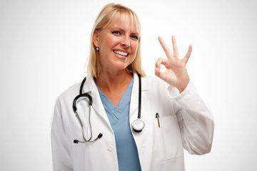 Glückliche Ärztin und Praxis Software Anwenderin auf weißem Hintergrund