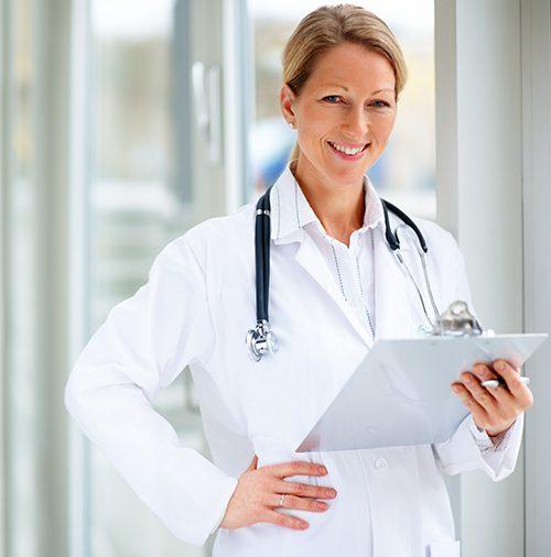 Glückliche Ärztin und Praxis Software Anwenderin